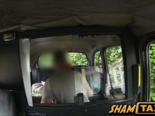 Rothaarige Hot Babe mit großen Titten in den Hintergrund eines Taxi Auto gefickt