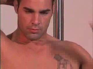 schönen männlichen Modell nackt vorführt
