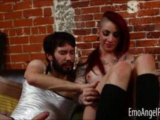 Punk Sheena stieg anal von einem Mann gefickt
