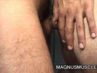 Christian Volt und tom Hengst - haarige reife Männer Umkleideraum Sex