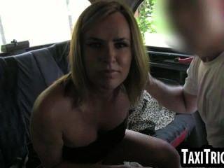 hot blonde Babe immer in ein Taxi gegessen