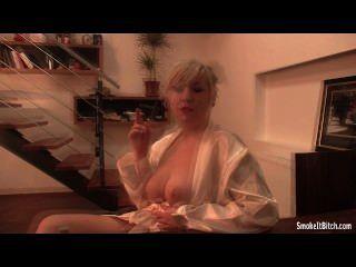 vollbusige Blondine im weißen Bademantel Rauchen