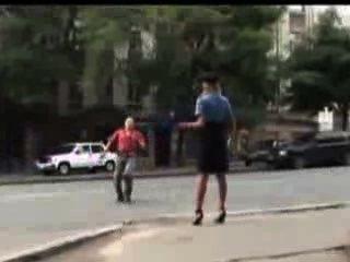 sexy Polizistin verloren in der Öffentlichkeit ihren Rock