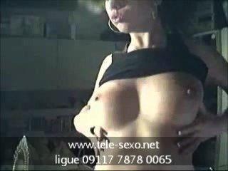 sexy Teenager-Mädchen zeigt ihre Brüste tele-sexo.net 09117 7878 0065