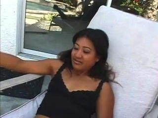 Lyla Lei rauchen im Freien (hinter den Kulissen)