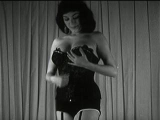 Vintage Brünette strip tease - schwarz und weiß Titties
