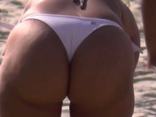 coroa gostosa na praia com biquini todo cravado keine cu