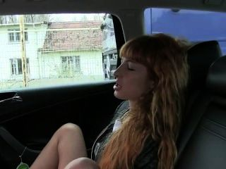Rotschopf masturbiert und fickt in Taxi