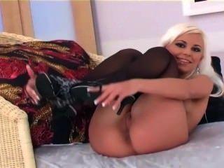 hübsche blonde Glamour Babe neckt und masturbiert in Dessous und Fersen