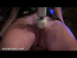 quälende Sexsklavin Muschi mit bdsm Maschinen, Strom und Schmerz