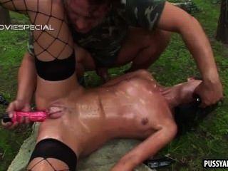 foxy Brünette immer gespielt und anal im Freien gefickt