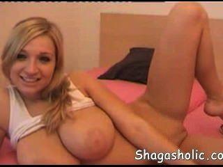 vollbusige Blondine mit großen Brüsten - shagasholic-com