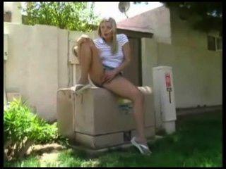 heiße Mädchen auf Spielplatz Reiben