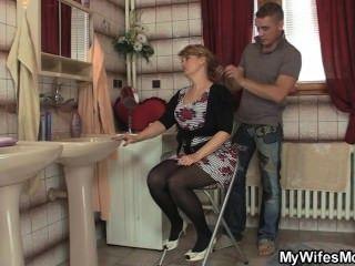 seine Frau verlässt und er knallt ihre heiße Mutter