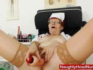 Kopf Krankenschwester Arzt in Gläsern neckt ihren Muff