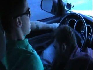 Kerl mit großen Schwanz gelutscht in Auto