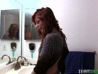 aurora monroe Rauchen und necken im Badezimmer (kurz)