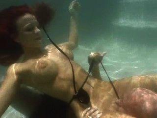Rothaarige gibt Blowjob unter Wasser