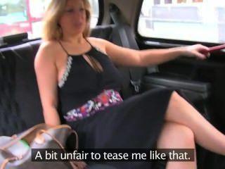 natürliche vollbusige Blondine gibt Blowjob im Taxi