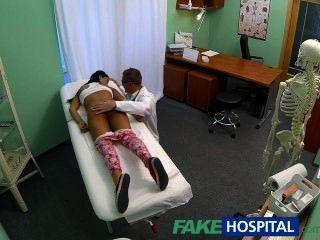 fakehospital junge Teenager-Mädchen nicht auf Geburtenkontrolle beugt für Ärzte cr über