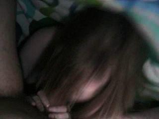 Blondine gibt einen bj, während sie unter einer Decke
