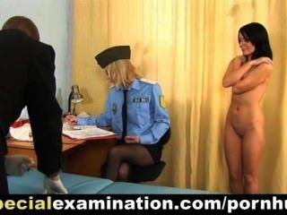 süße junge Brünette Mädchen von der Polizei Ärzten untersucht