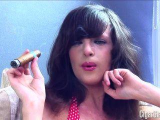Kates erste Zigarre ... busty Babe!