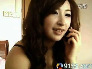 Nettes chinesisches Mädchen Rauchen