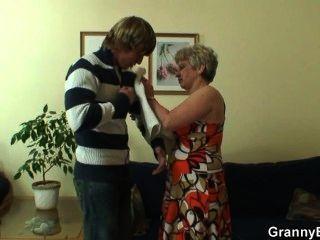 einsame Oma wird von einem völlig Fremden geschraubt