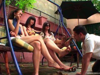schmutzigen Füße auf dem Schaukelstuhl Reinigung