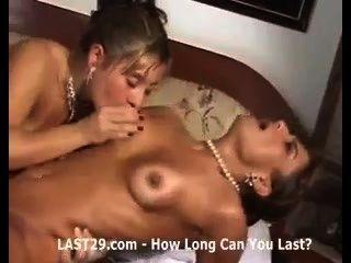 Hot Babe aufgeteilt zwischen zwei Jungs