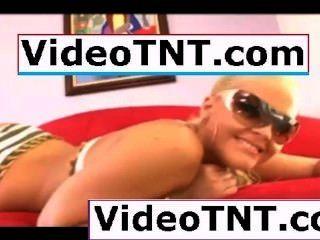 winzigen Teen Jungfrau tanzen um ihr Schlafzimmer in engen blauen Bikini Unterwäsche