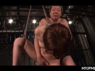 gefesselt und in Käfigen gehalten gefickt japanische nackt Milf in ihren Schlitz hart