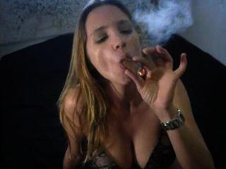 sexy große Zigarre rauchen in Höschen