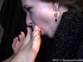 Mädchen lecken nackte Füße