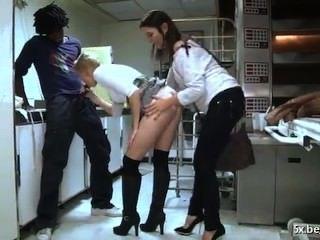 sie ist anal in ihrer Bäckerei gefickt