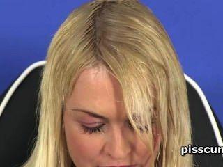 sinnlich Lesbo blonde Füllung gfs Mund mit heißen Pisse verhungert
