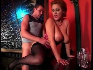 hübsche Kellnerin mit großen natürlichen Titten Sex