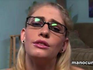 blonde Schlampe in Gläser großen harten Penis mit Lust in pov Reiben