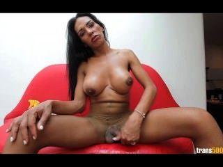 latina tranny schürt riesigen Schwanz in ihre zerrissene Strumpfhosen