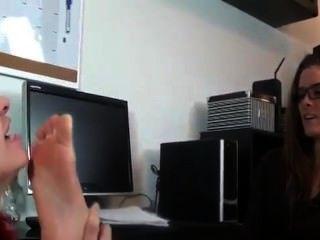 Rotschopf anbetet Füße der Chef