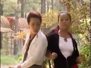 Glück asiatischer Kerl macht zwei Mädchen schreien.