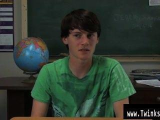 Homosexuell Clip von jeremy sommers ist an einem Schreibtisch sitzt und ein Interview wird