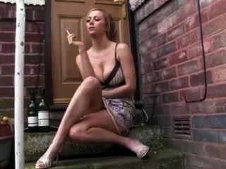 heiße Freundin Rauchen Kippe draußen vor der Tür