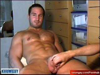 straight Guy bedient: bekommt seinen sehr großen Schwanz von einem Homosexuell Guy wanked!