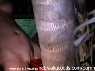 Strap-on Sex mit einem Baum home video
