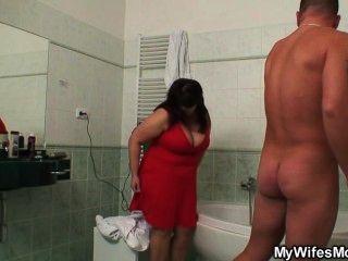 sie findet ihren großen titted Mutter mit ihrem Ehemann im Badezimmer ficken