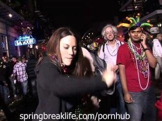 Mädchen am Karneval zu blinken
