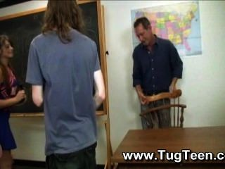 Schüler geben Handjobs nach Klasse