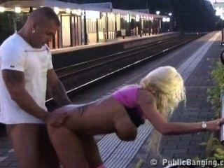 Paar ficken in der Öffentlichkeit am Bahnhof